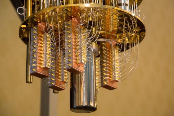 Ученые из Московского государственного университета им. М. В. Ломоносова успешно провели первый эксперимент в рамках создания 50-кубитного квантового компьютера