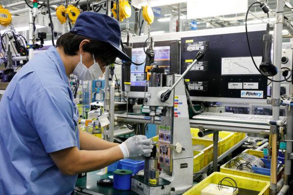 Первый способ оперативного социального дистанцирования людей на производстве — лицевые щитки и маски