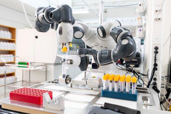 Коллаборативный робот-лаборант АВВ вкрупнейшем медицинском университете Швеции